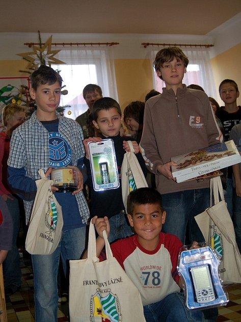 KLUCI SI UŽÍVALI OCENĚNÍ. Pavel Hoffman, David Lučín, Samuel Wernisch a George Balog (zleva)  se ochotně pochlubili s dárky, které dostali za poctivé navrácení nalezených peněz.