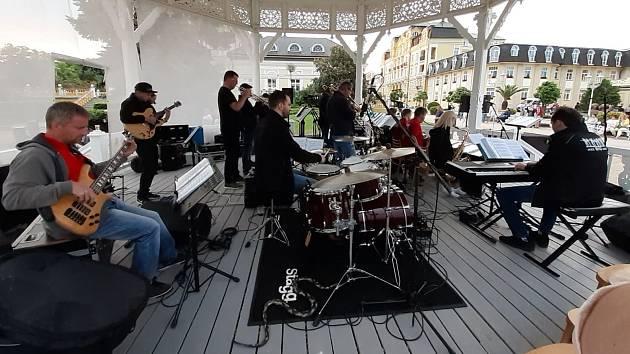 """Tradiční letní festival """" Hudba do ulic"""", který pořádá Městské kulturní středisko Františkovy Lázně v hudebním altánu u Františkova pramene je příjemným zpestřením nejen pro lázeňské hosty, ale i pro místní."""