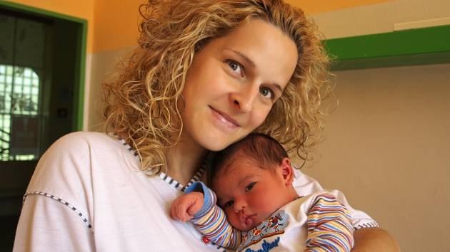 TOBIÁŠ BERAN se poprvé rozkřičel v chebské porodnici v pátek 22. května v 5.50 hodin. Při narození vážil krásných 4030 gramů a měřil 51centimetrů. Čtyřletý Matyáš a tatínek Luděk se už ve Svatavě moc těší, až přijede maminka Jana s malým Tobiáškem domů.
