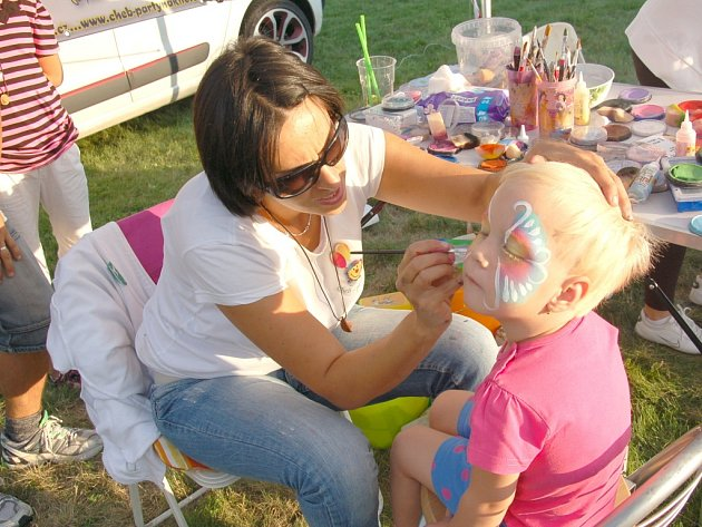 MALÁ LEONKA STEHLÍKOVÁ si slavnosti v Aši také užila. Simona Tauchenová Dušánková jí totiž na obličej namalovala krásnou malůvku.