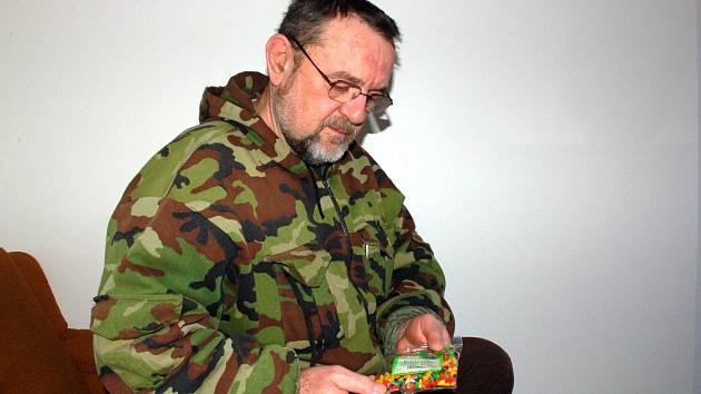 Miloslav Malík z Chebu našel v balíčku Slunečnic v barevné polevě několik červíků. Zboží zakoupil v chebském Kauflandu