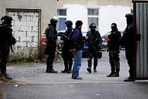 ZAKUKLENÍ a plně ozbrojení policisté a příslušníci Celní správy v úterý ráno obsadili budovu bývalé tiskárny v chebské Evropské ulici.