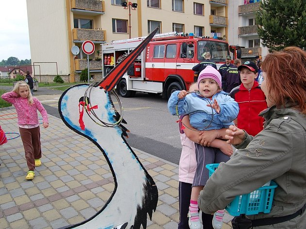 Stovky dětí se v sobotu odpoledne pobavily při Dětském dni na františkolázeňském sídlišti. Nechyběly oblíbené soutěže o sladkosti, přehlídka policejní a hasičské techniky i ukázka vojenských autoveteránů. Školáci se pobavili také při projíždce na koních.