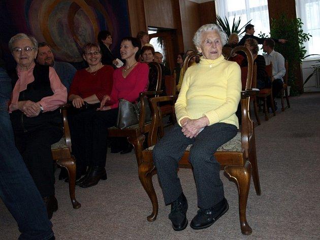 Terezie Šenkýřová z Lázní Kynžvartu oslavila sté narozeniny. Nejstarší obyvatelka Lázní Kynžvartu je přes svůj věk neuvěřitelně vitální