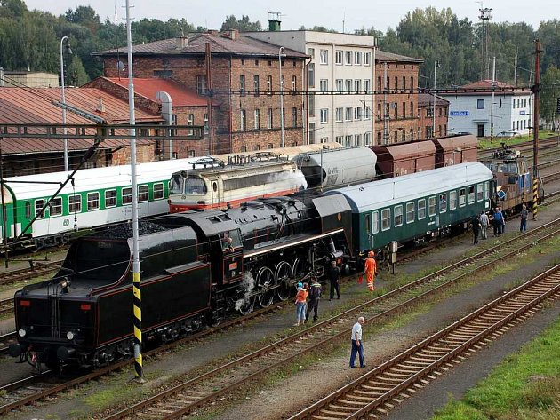 Parní lokomotivu obdivovali Chebané z lávky pro pěší. Ti nejodvážnější se vydali až do kolejiště