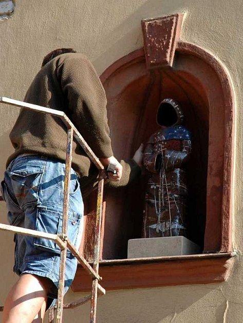 Instalace sochy sv. Františka do niky