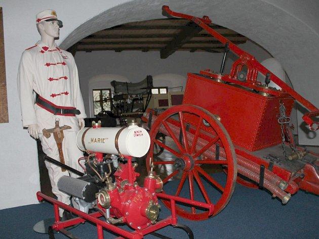 V MUZEU HASIČSKÉ techniky na hradě Vildštejn ve Skalné je k vidění také unikátní vodní čerpadlo z 30. let. Pochází z obce Křižovatka.