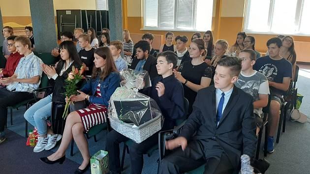 Deváťáci ze 6. ZŠ Cheb se loučili se školou.