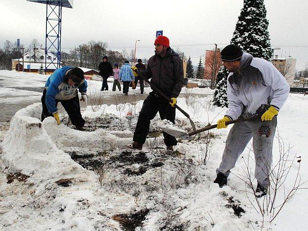 Mladí Chebané vyrazili do Aše za sněhem, aby si mohli postavit netradičního sněhuláka