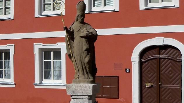 Už podruhé v tomto roce poškodili vandalové sochu sv. Mikuláše na chebském Růžovém kopečku.