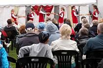Seeberské hry opět potěšily návštěvníky hradu Seeberg v Ostrohu. Oblíbenou akci navštívily i přes sychravé počasí asi tři stovky lidí, které si užily sbor La Dolce Vita ze Sokolova, ale také příjezd krále Karla IV. v podání Jindřicha Skopce.