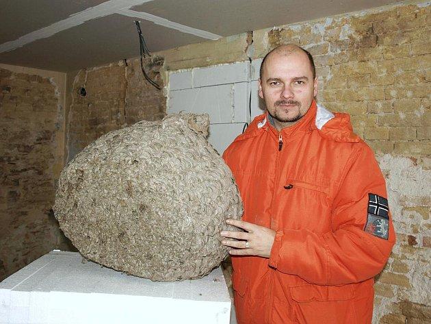 """OBROVSKÉ SRŠNÍ HNÍZDO našel starosta Nového Kostela Oto Teuber při rekonstrukci svého domu. A kde hnízdo skončí? """"Darujeme ho někomu, kdo o něj projeví zájem,"""" řekl Teuber. A tak už má svého nového majitele, vezmou si jej zoologové z Chebska."""