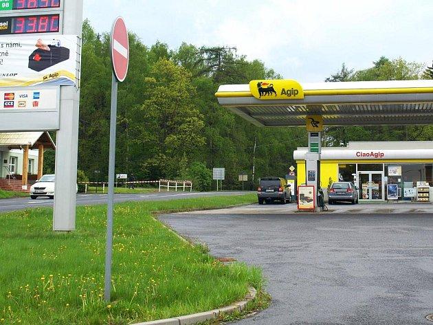 Kriminalisté z Karlovarského kraje pátrají po trojici lupičů, kteří v pondělí kolem 14.45 přepadli v Chebu u benzinové čerpací stanice na Svatém Kříži vozidlo převážející peníze.