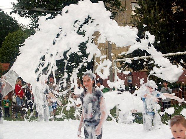 ŘÁDĚNÍ V PĚNĚ. K dětskému dni v Milíkově neodmyslitelně patří nejen atrakce, ale také pěna