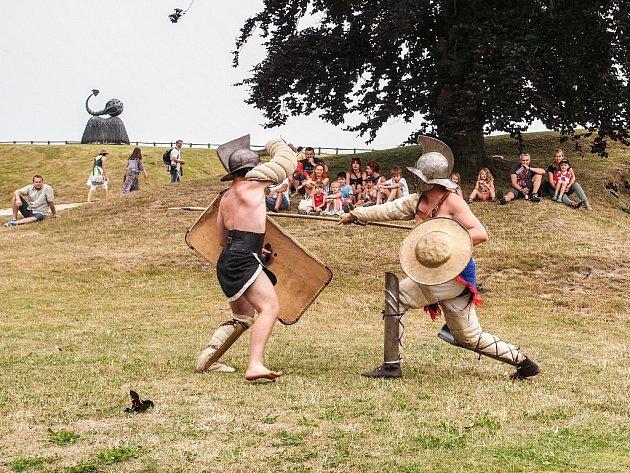 NA HRADĚ O VÍKENDU byli nejen legionáři, ale i s nimi spřátelení gladiátoři.