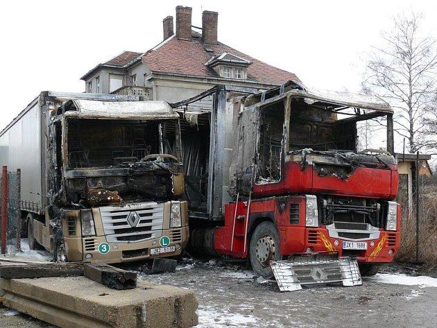Požárem poničené kamiony v Chodově