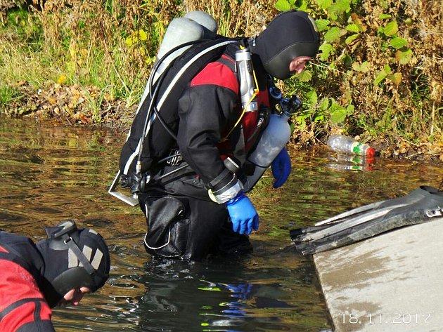 Dva obrovské bagry anebo vrak lodi. To je jen část věcí, které spatřili před několika dny členové klubu sportovního potápění Kajman Cheb na severní Moravě a v sousedním Polsku.