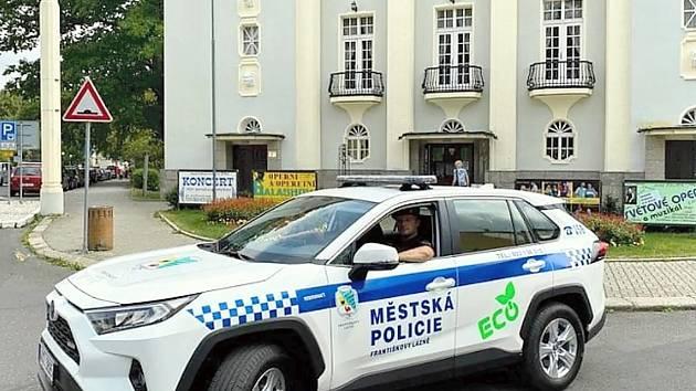 Nové auto začali používat městští strážníci ve Františkových Lázních.