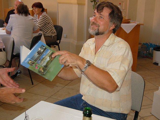 NA KŘEST KNIHY dorazilo několik desítek lidí. Autor Miroslav Trégler se jim rád podepsal do svého nového díla.