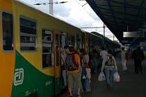 CESTUJĆÍ ČEKAJÍ VÝLUKY. V příštích třech letech musí počítat cestující na trati z Chebu do Plzně s výlukovým jízdním řádem.