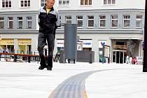 ČASOVOU OSU NA OPRAVOVANÉ chebské pěší zóně lidé na konci loňského léta obdivovali. Materiál ale začal krátce po své instalaci rezivět.