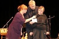 BÁRA ZACHRÁNILA SITUACI. Starosta Chebu Jan Svoboda rozezlil Leničku Třasoňovou z ÚSP Mnichov, když jí přispěchal na pomoc s recitací básně. Hbitá Bára přiskočila s mikrofonem a Leničku nenechala odejít z pódia.