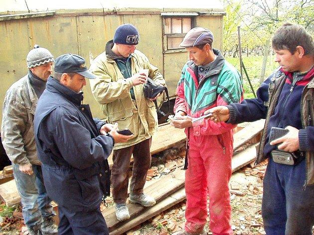 CELNÍ SPRÁVA prováděla v Karlovarském a Plzeňském kraji sérii kontrol na úseku státní politiky zaměstnanosti. V Chebu odhalili celníci sedm pracovníků bez potřebných dokladů.
