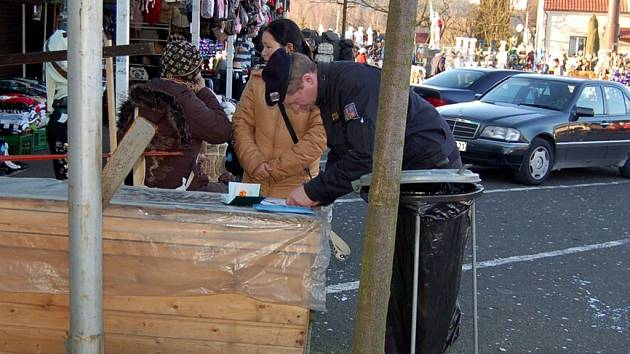 MĚLI DOKLADY V POŘÁDKU. Pracovníci cizinecké a pohraniční policie kontrovali také trhovce na Svatém kříži. Ti, kteří měli doklady v pořádku, se neumuseli obávat. Stejně jako žena na snímku.