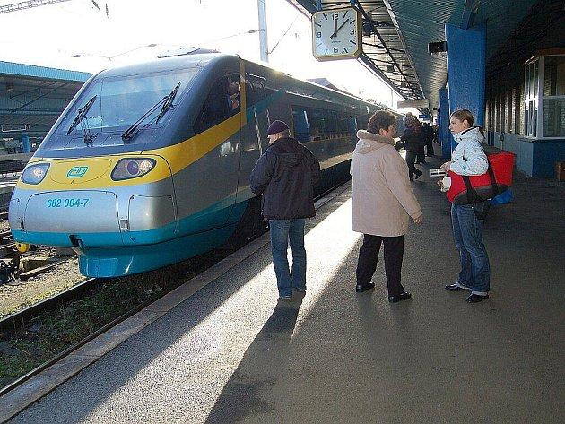 MRAZY POSLEDNÍCH DNÍ komplikují dopravu nejen na železnici. Rychlost Pendolina, které přijíždí o víkendu do Chebu, se kvůli mrazivým teplotám nesníží.