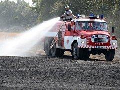 Požár obilí a porostu u Chebu.