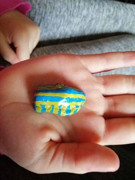 Eliška Soukupová provedla Deník celým ´výrobním procesem´ kamínkování.  I takový kamínek Eliška namalovala.