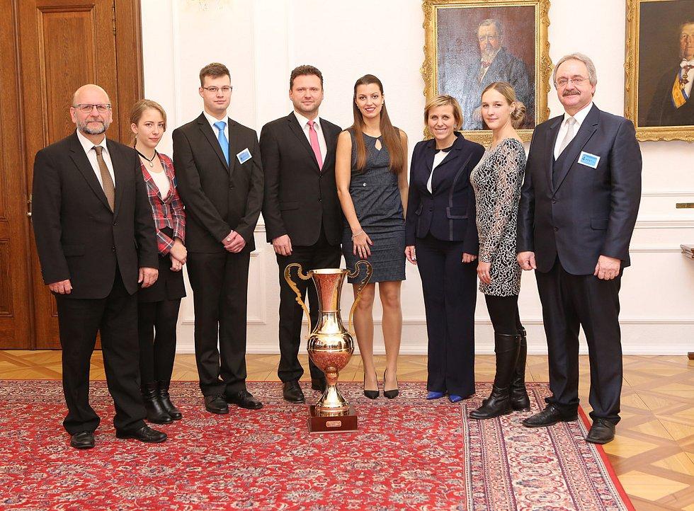 Zástupci realizačního týmu s předsedou PSP Radlem Vondráčkem a hejtmankou Janou Vildumetzovou.