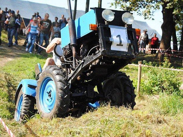 Více než dvacítka strojů různé velikosti a výroby se zúčastnila třetí Traktoriády ve Staré Vodě