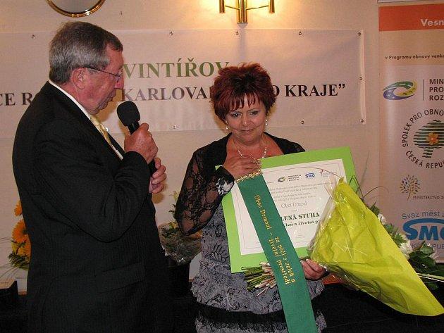 ZELENOU STUHU za péči o zeleň a životní prostředí v soutěži Vesnice roku si na slavnostním předávání převzala starostka Drmoulu Vladislava Chalupková.