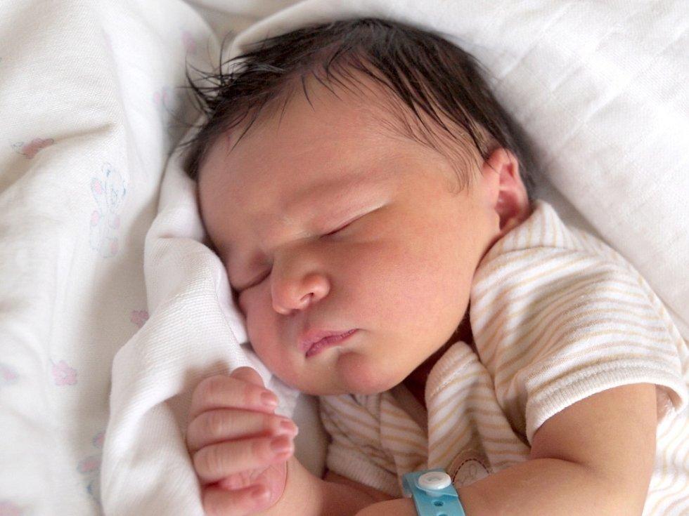 ADAM KOMBEREC přišel na svět v neděli 16. prosince v 1.40 hodin. Vážil 3 400 gramů a měřil 50 centimetrů. Maminka Alice a tatínek Lukáš se těší z malého Adámka doma v Hazlově.