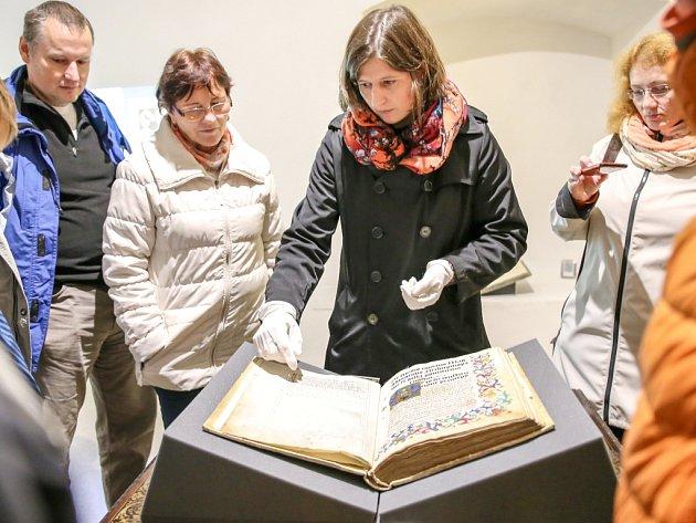 DÍKY SPECIÁLNÍ prohlídce mohli zájemci na vlastní oči vidět vzácnou Magdeburskou kroniku.