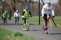 Trasu dlouhou dvacet kilometrů museli během víkendu absolvovat soutěžící na akci s názvem Kolem světa bez pedálů, která se konala u Františkových Lázní.