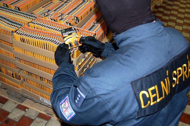 Ilegální balírna baterií Duracell v Libé na Chebsku
