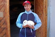 Chebský chovatel Tomáš Weisz předvádí jedn z exponátů výstavy - králíka zakrslého berana hotockého