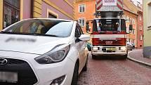 Nedostatek parkovacích míst v centru města Chebu mnohdy komplikuje průjezd i aut záchranných složek.