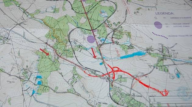 TAKTO BY MĚLA NOVĚ vypadat křižovatka za Františkovými Lázněmi. Původní cestu vedoucí přes koleje nahradí nadjezd. Na snímku je zvýrazněn červenou barvou.
