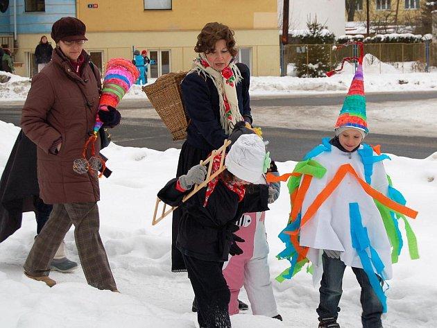 Tradiční masopustní průvod  vyrazil  od místní základní umělecké školy (ZUŠ) také městem Františkovy Lázně.