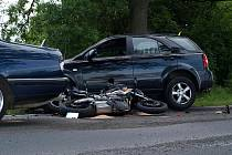 Ke smrtelné nehodě došlo v pondělí večer na silnici z Chebu do Svatého Kříže. Pětatřicetiletý motocyklista nepřežil střet s osobním automobilem.