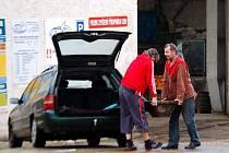 ŠEDESÁTIKILOVÝ KANÁL, který nesl figurant a ve sportovním maskovaný šéfredaktor Chebského deníku Vladimír Kučera, ve sběrně z chebské Wolkerovy ulice nevykoupili.