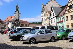 Semestrální práce studentů se zabývaly parkováním v předmostí i revitalizací náměstí, které je stále plné aut.