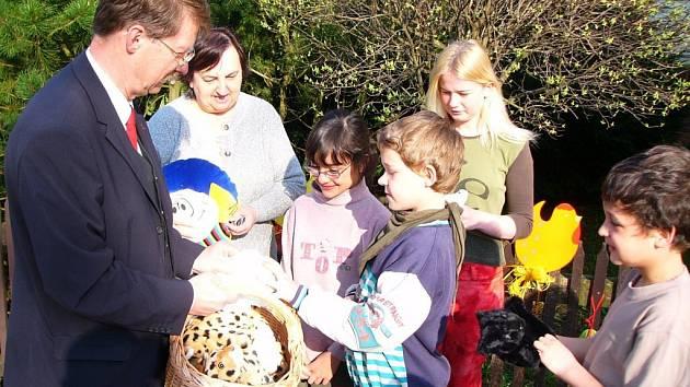 Jaromír Kohlíček předal dětem z mariánskolázeňského dětského domova několik dárků