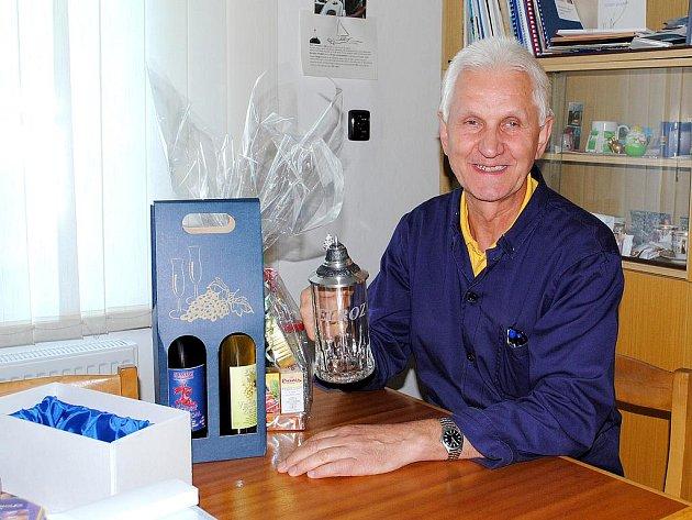 NEUVĚŘITELNÝCH 50 let pracuje Václav Uhlík u jedné firmy. Od kolegů dostal řadu upomínkových darů.