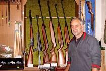 Podle Petra Krupky, chebského prodejce zbraní, zákon nařizuje znemožnit přístup ke zbraním