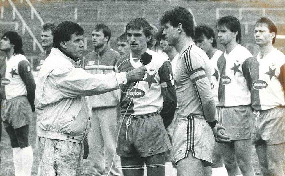 Kapitáni Jaroslav Šilhavý a Ivo Knoflíček při utkání s pražskou Slavií krátce po sametové revoluci (25. 11. 1989).