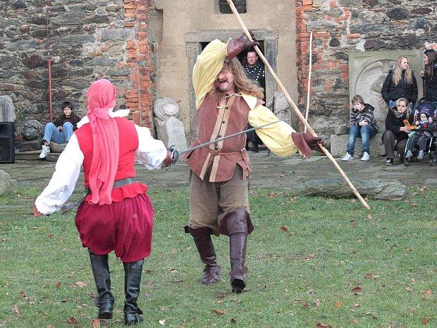 Zavírání chebského hradu přilákalo desítky lidí.
